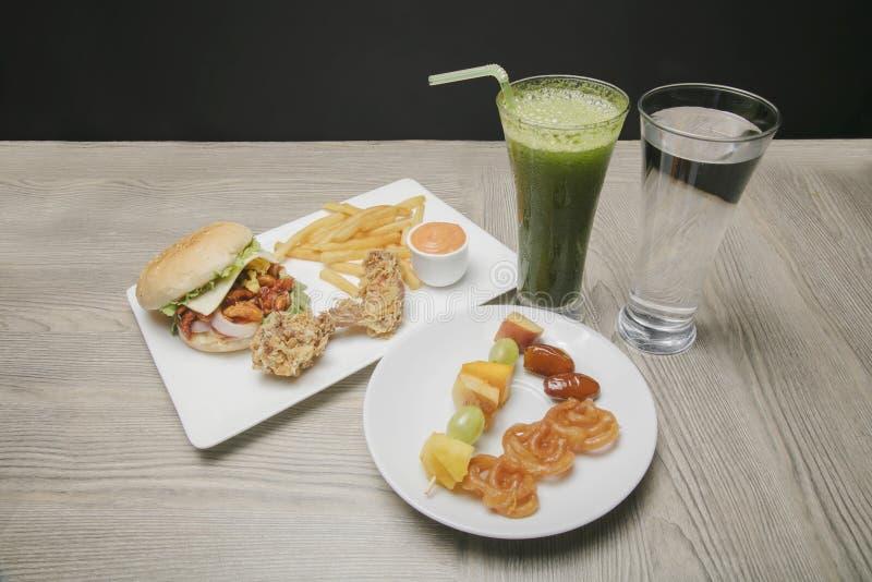 Диск еды Iftar на месяц Рамазана стоковые изображения rf