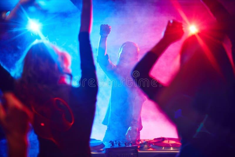 Диск-жокей и танцоры стоковые фотографии rf