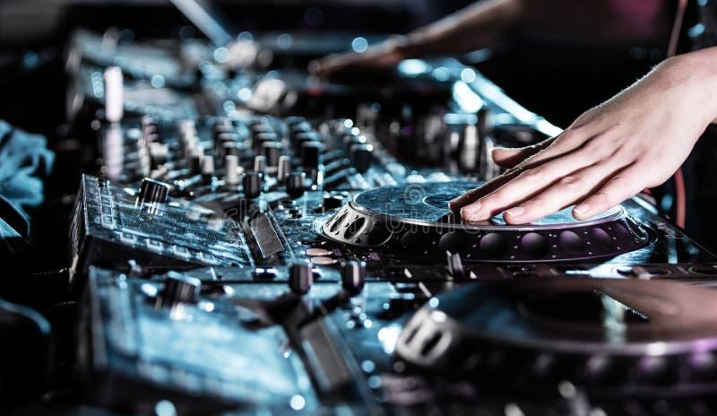 Диск-жокей на turntable стоковое изображение rf