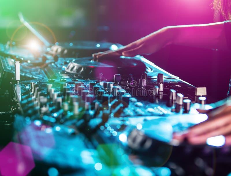 Диск-жокей на turntable стоковая фотография rf