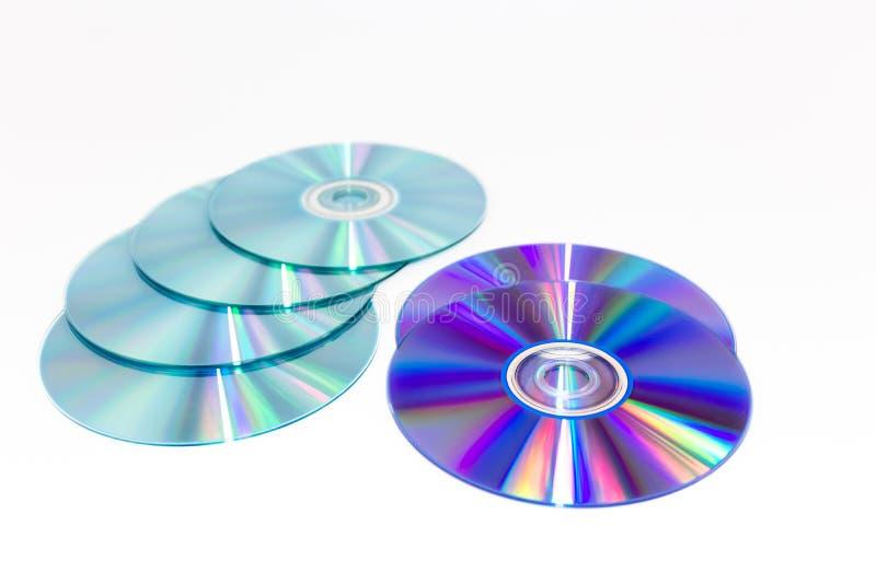 Диск КОМПАКТ-ДИСКА при изолированный свет радуги отражательный стоковое фото rf