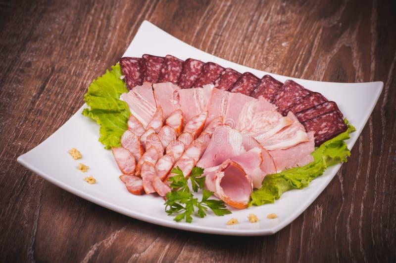 Диск мяса на белой плите стоковая фотография rf