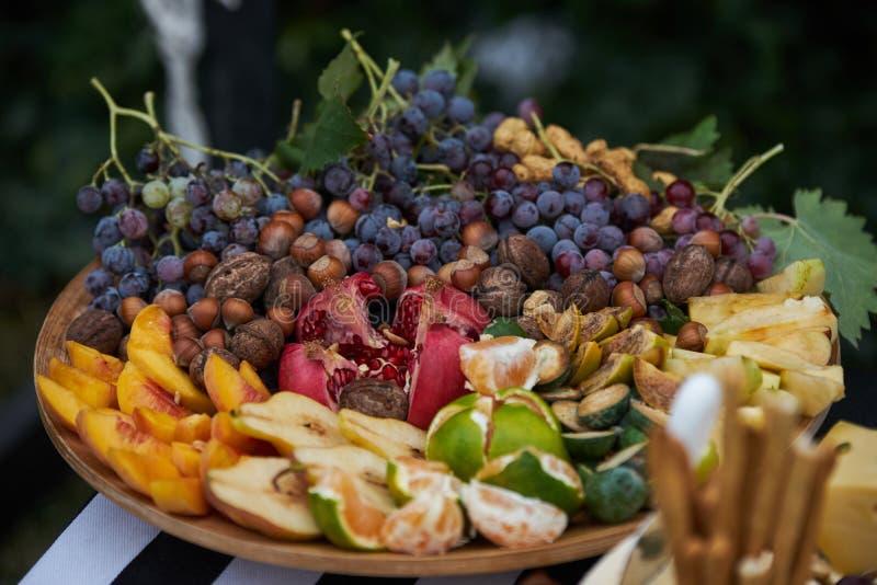 Диск сортированных свежих фруктов, конца-вверх, внешнего стоковое изображение