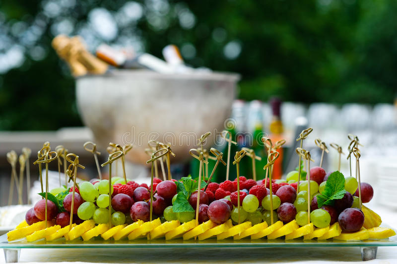 Диск сортированных свежих фруктов на таблице шведского стола стоковые изображения rf