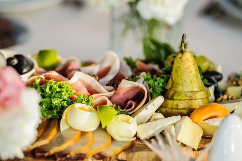 Диск Antipasti с различными продуктами мяса и сыра стоковое фото