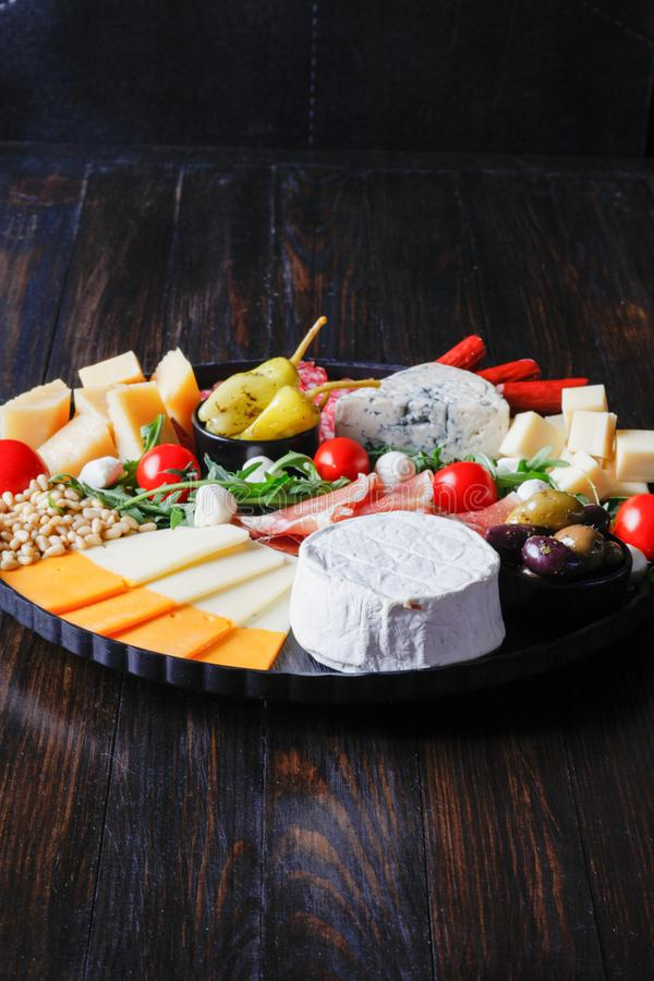 Диск Chesse с сыром, ветчиной, томатом, гайками Здоровая еда, молокозавод, chesses и мясо Закуска Antipasti Камамбер, moz стоковое фото rf