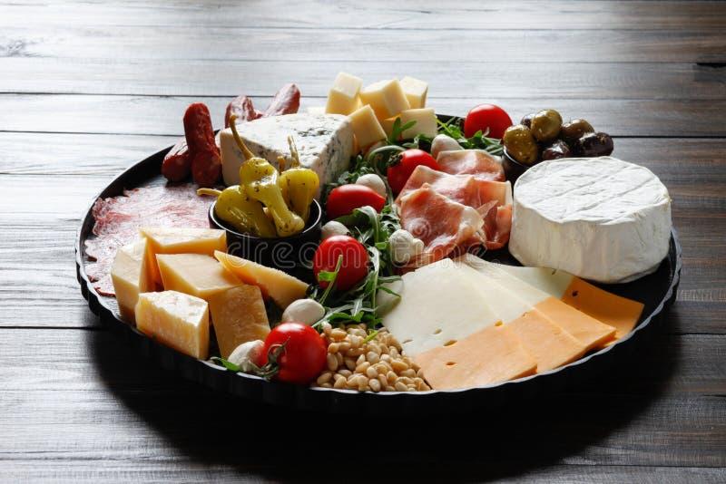 Диск Chesse с сыром, ветчиной, томатом, гайками Здоровая еда, молокозавод, chesses и мясо Закуска Antipasti Камамбер, moz стоковые фото