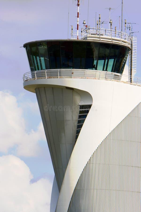 диспетчерская вышка здания авиапорта стоковое изображение rf