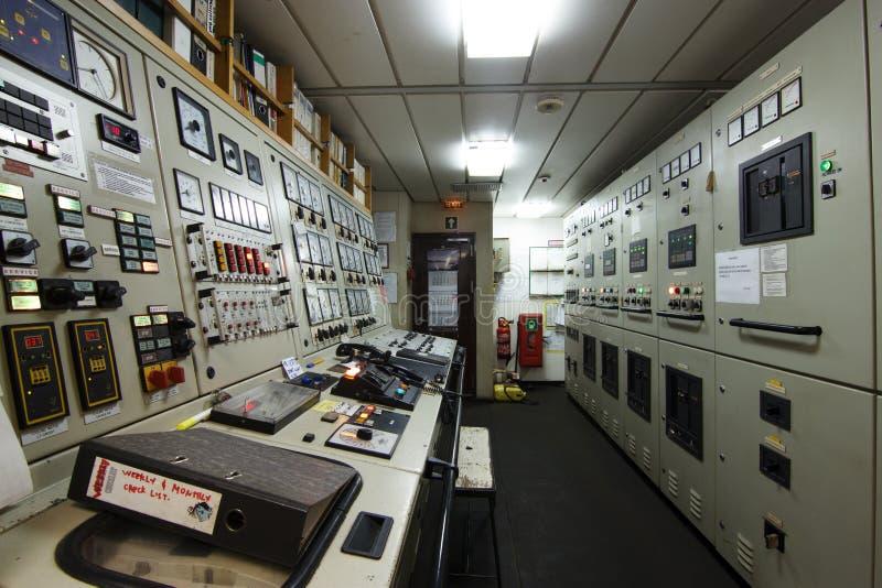 Диспетчерский пункт машинного отделения корабля стоковое фото
