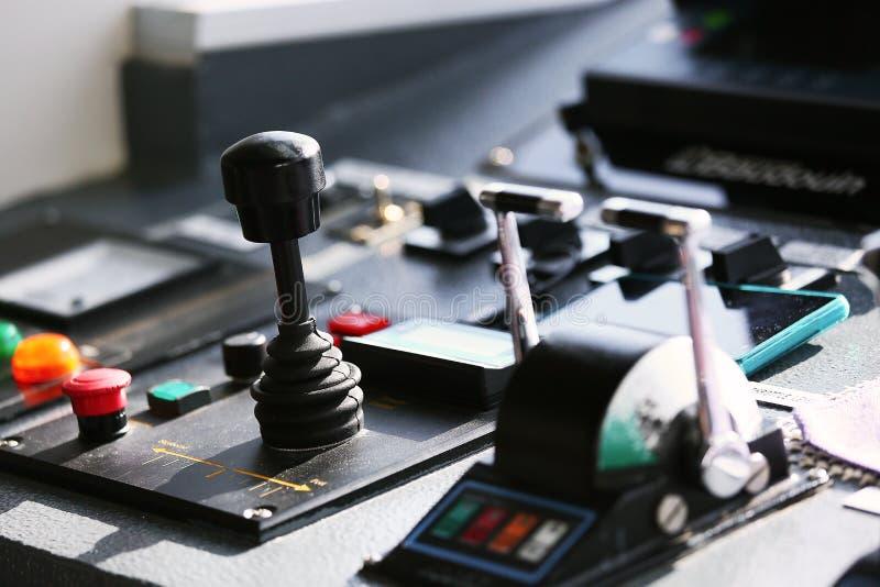 Диспетчерский пункт сосуда и приведенный в действие капитаном и шлюпка экипажа с имеют много функцию управления и сообщение с мор стоковые изображения