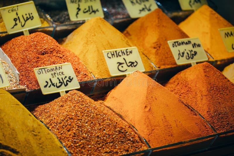 Дисплеи продуктов на рынке специи предложения в мире известном в Стамбуле Турции стоковые изображения rf