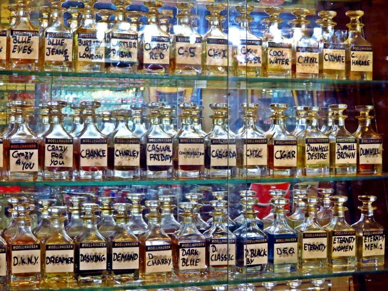дисплей духов, стеклянных бутылок, Карачи стоковая фотография rf