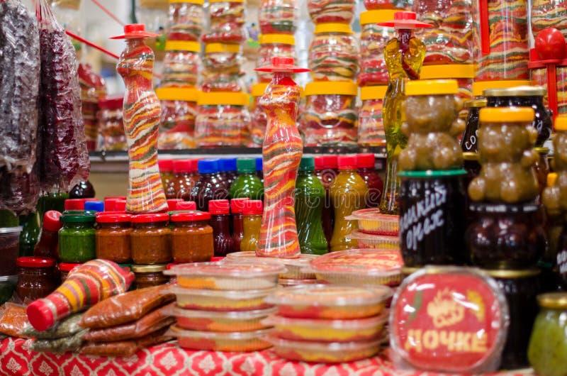 Дисплей много разнообразий горячих пряных соусов доступных для продажи уксус и соль стоковые фото