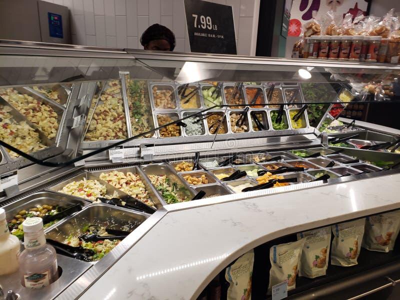 Дисплей салат-бара стоковое фото rf