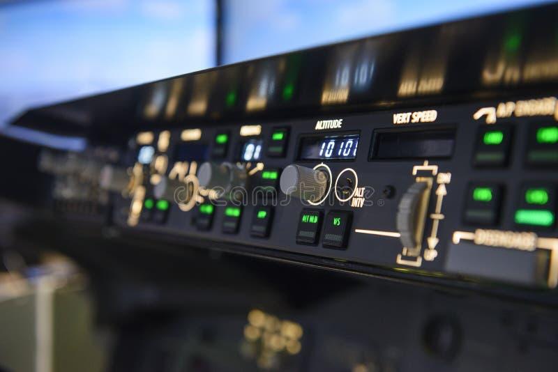 Дисплей с плоским экраном управлений высотной автопилота воздушных судн стоковые фото
