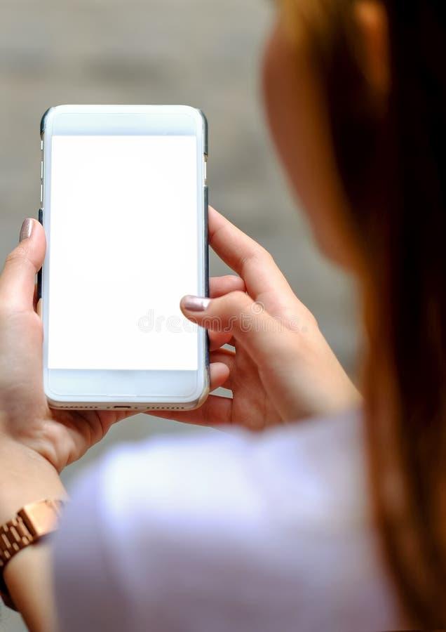 Дисплей умного телефона белый в девушке руки стоковая фотография