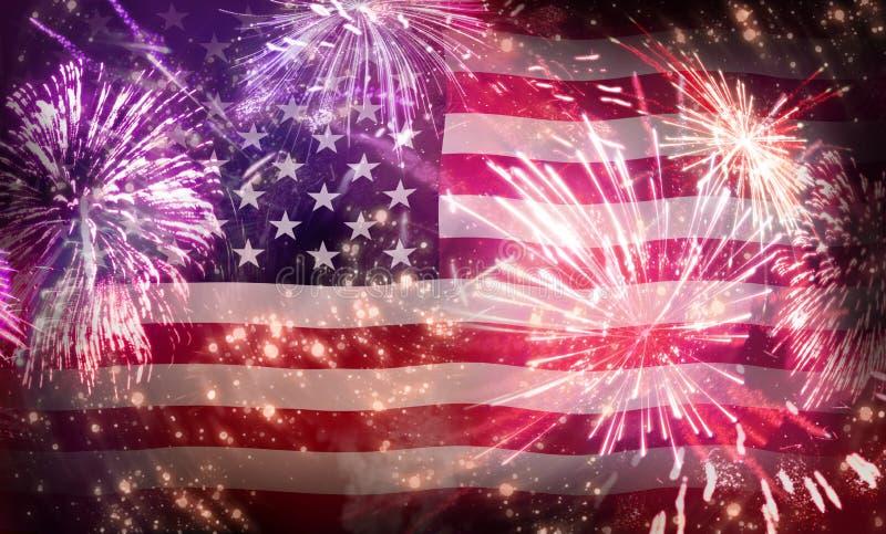 Дисплей фейерверков США 4-ое июля на темно-синем небе стоковое изображение