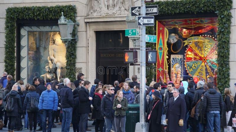 Дисплеи окна праздника на главе семьи Bergdorf в Нью-Йорке стоковая фотография
