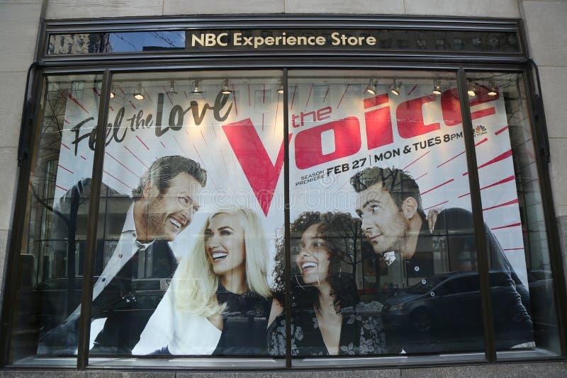 Дисплей витрины опыта Эн-Би-Си украшенный с логотипом голоса в центре Рокефеллер стоковые фото