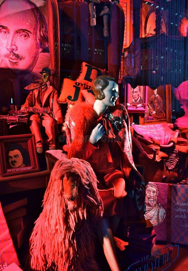 Дисплей окна праздника взгляда зрителей на главе семьи Bergdorf в NYC стоковые изображения rf