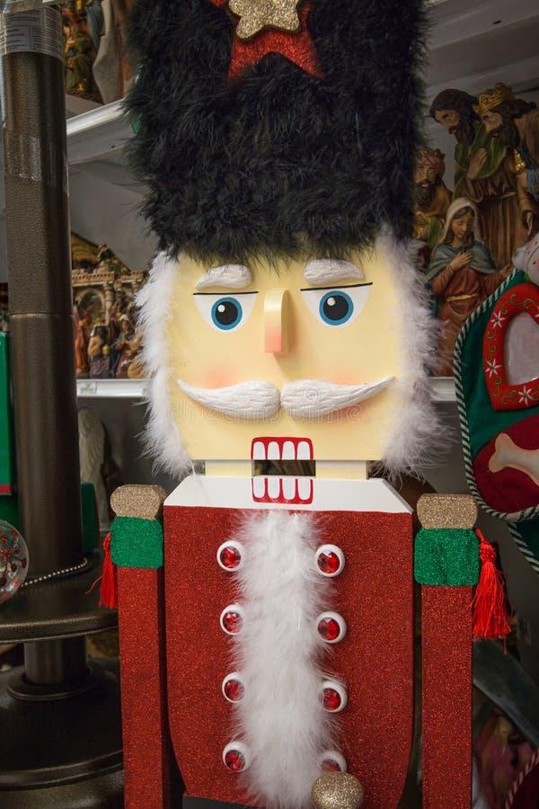 Дисплей оловянного солдатика праздника рождества на магазине розничной торговли стоковое фото