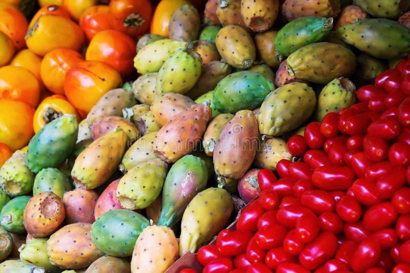 Дисплей продовольственного рынка с грушей кактуса стоковое фото rf