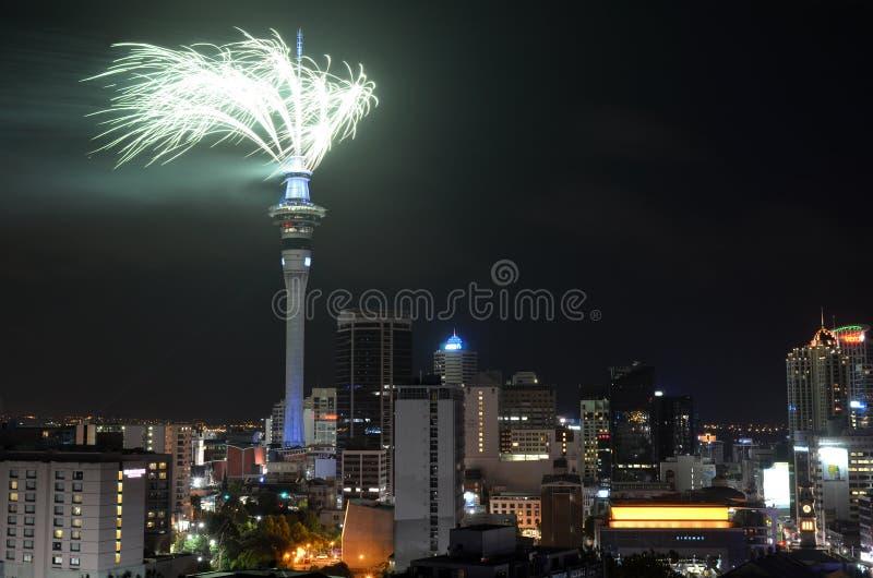Дисплей фейерверка башни неба Окленда для того чтобы отпраздновать 2016 Новых Годов стоковое изображение rf