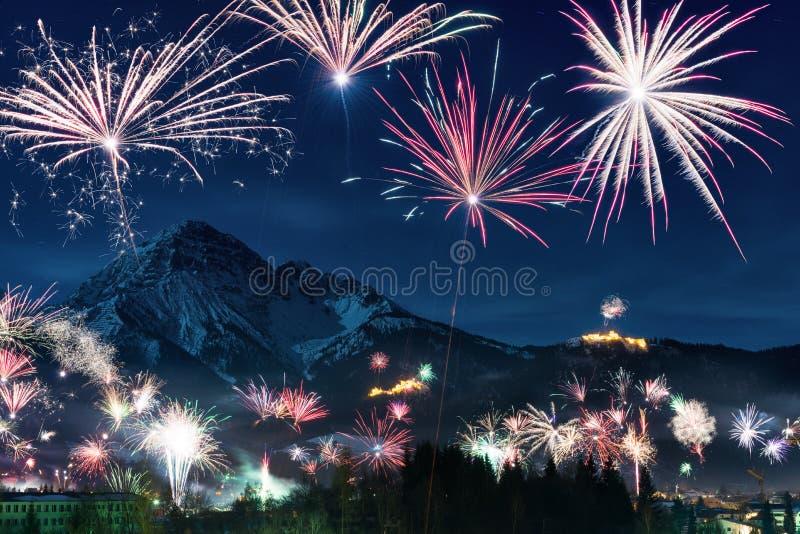 Download Дисплей фейерверка Новогодней ночи Стоковое Фото - изображение: 63124706