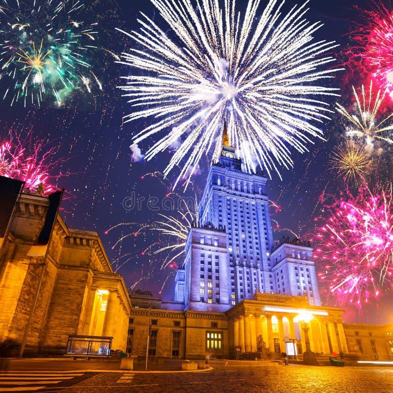 Дисплей фейерверков Нового Года в Варшаве стоковое фото rf