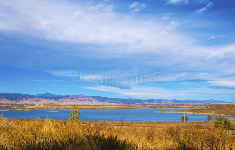 дистантная прерия озера стоковое фото rf