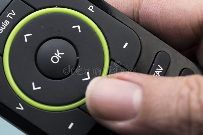 Дистанционное управление, который держит одна рука стоковое изображение