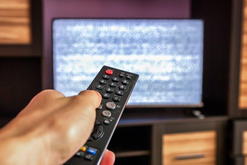 Дистанционное управление ТВ, взаимодействие на телевизоре экрана стоковые фото