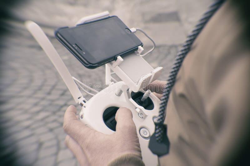 Дистанционное управление трутня в человеке руки Operating человека трутня летания стоковое изображение
