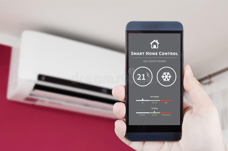 Дистанционное управление кондиционера воздуха с умной домашней системой стоковое изображение rf
