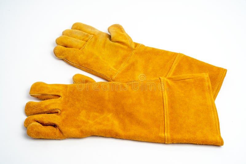 Длинная кожаная перчатка для сваривать промышленный, тип защиты от огня, изолированный на белой предпосылке стоковые фотографии rf