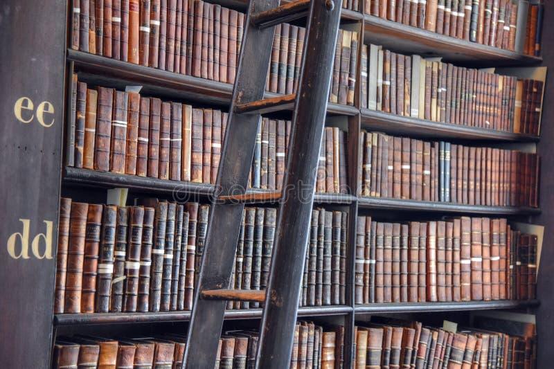 Длинная комната в старой библиотеке на коллеже Дублине троицы стоковые фотографии rf