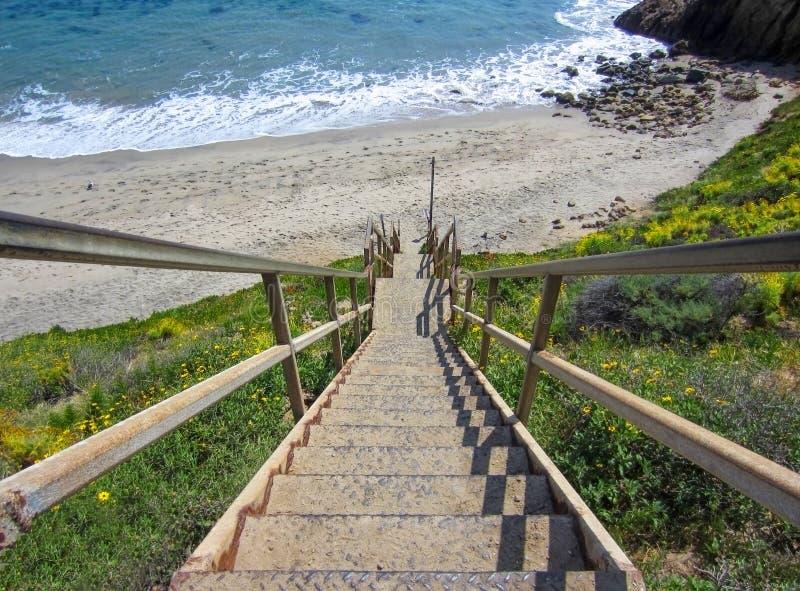 Длинная лестница водя на пляж Калифорнии с океаном стоковая фотография