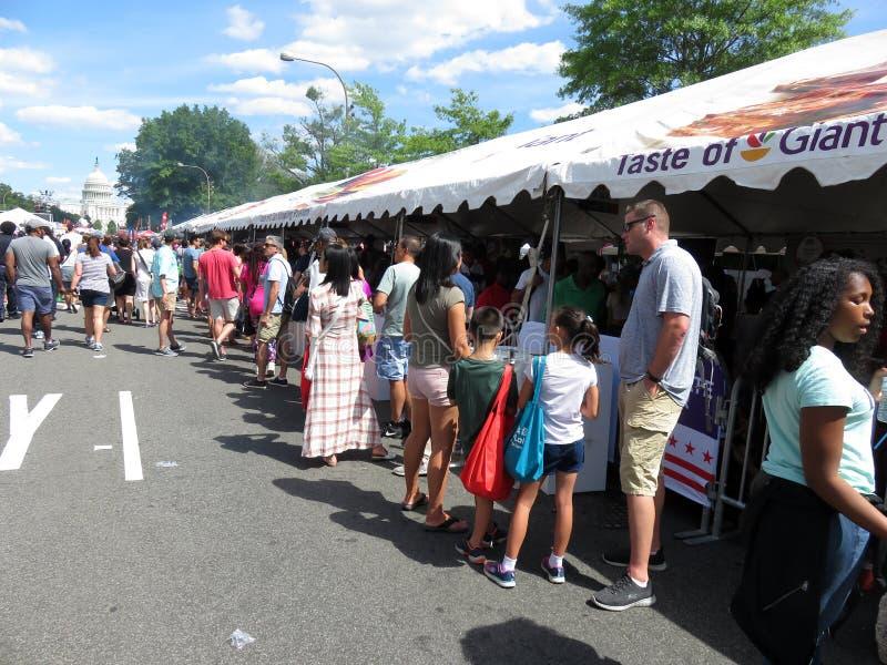 Длинная очередь на гигантском шатре забора еды в DC Вашингтона стоковые фотографии rf