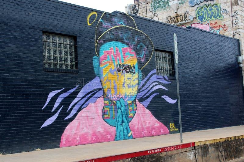 Длинная черная внешняя стена здания с искусством улицы покрашенным через поверхность, городской Остин, Техас, 2018 стоковое изображение rf