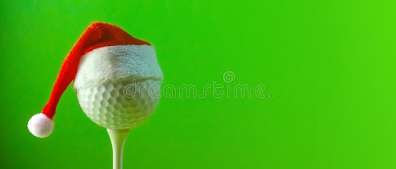 Длинное знамя с космосом экземпляра на предмете гольфа на рождестве и в Новом Годе Красная шляпа Санта Клауса несена на гольфе стоковое изображение