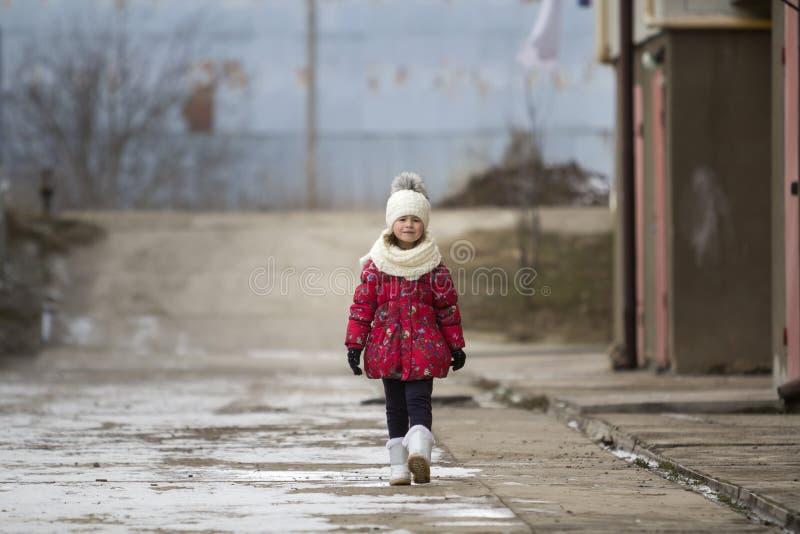 длинной с Дурачк портрет милого маленького молодого смешного милого gir ребенка стоковые изображения