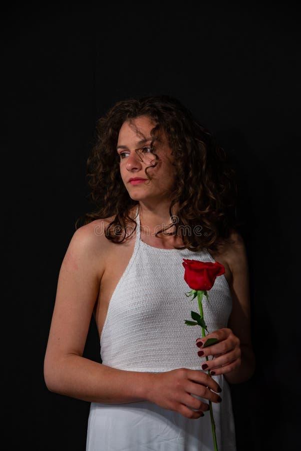 длинной с Полу портрет красивой девушки брюнета с курчавыми, сексуальными шляпами в белой безрукавной тунике стоковое изображение rf