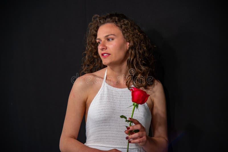 длинной с Полу портрет красивой сексуальной девушки в белой безрукавной тунике стоковые фото