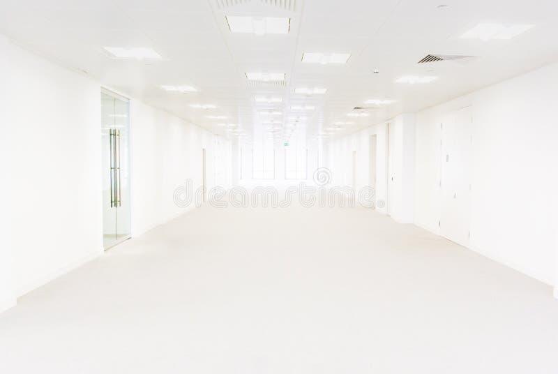 Длинные белые пустые большое административное здание или медицинский центр стоковые изображения