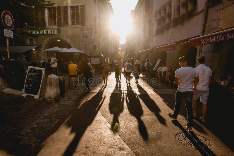 Длинные тени людей идя на заход солнца стоковые фотографии rf
