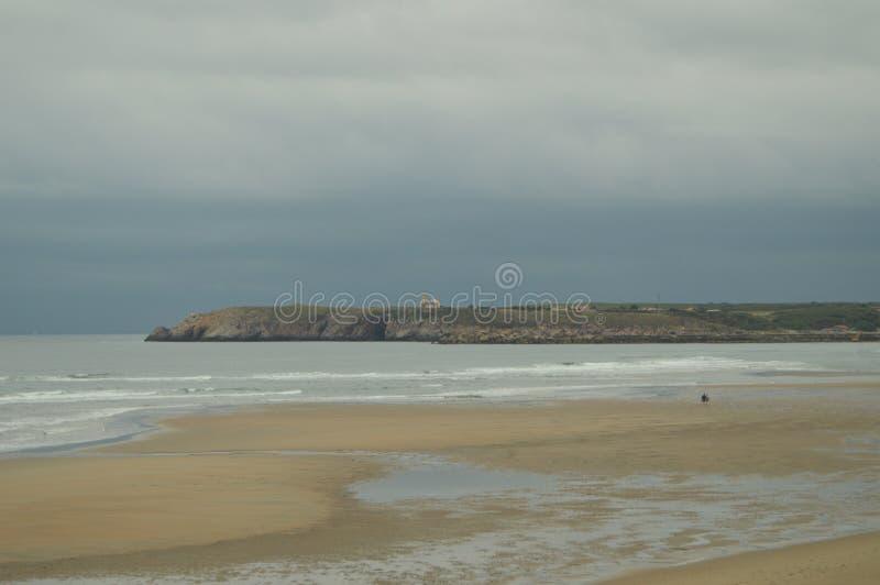 Длинный и обширный белый берег песка на пляже Salinas Las трудно продифференцировать конец песка 31-ое июля, стоковое изображение rf