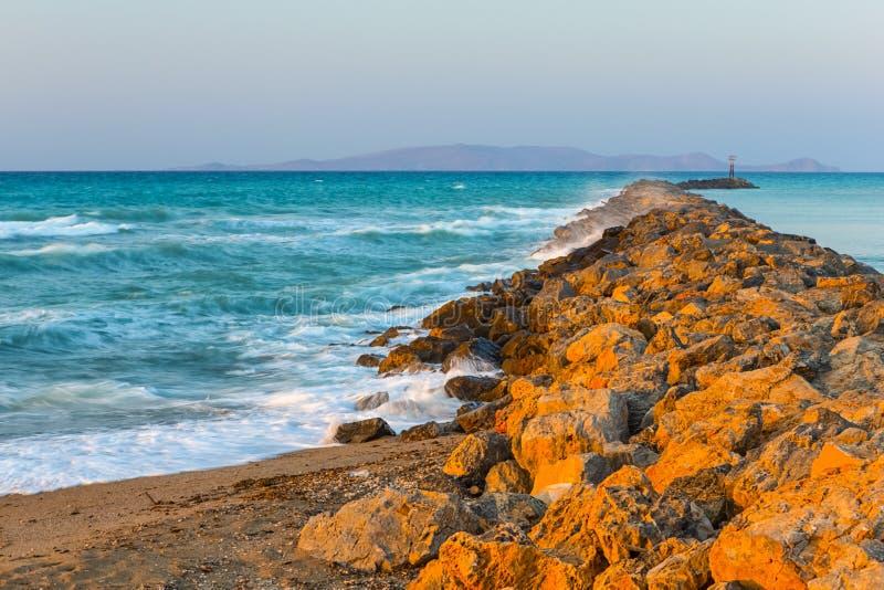 Длинный каменистый вертел идя далеко к морю в городе ираклиона на Крите стоковое изображение