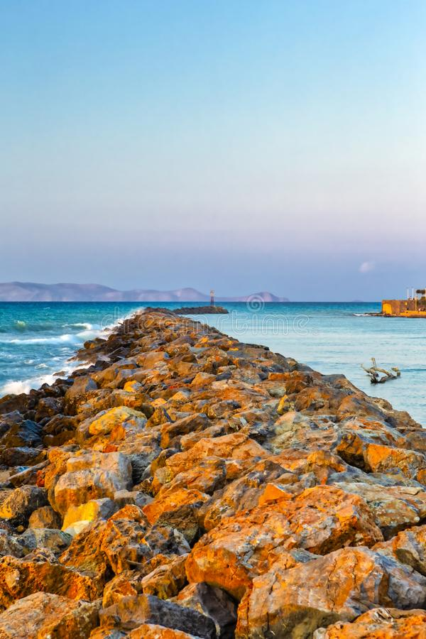 Длинный каменистый вертел идя далеко к морю в городе ираклиона на Крите стоковые фотографии rf