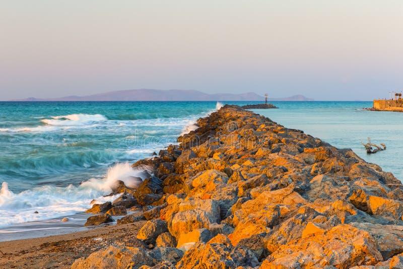 Длинный каменистый вертел идя далеко к морю в городе ираклиона на Крите стоковое фото
