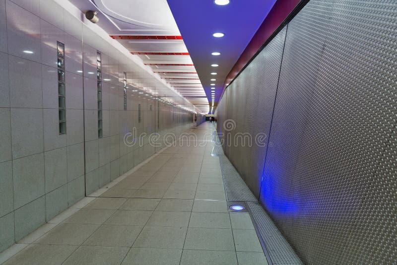 Длинный пешеходный тоннель в станции метро стоковая фотография rf